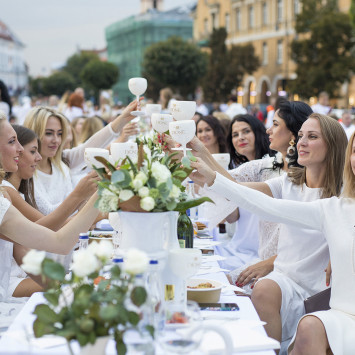 """Elegantiškos vasaros palydėtuvės: penktoji jubiliejinė """"Le Dîner en Blanc"""" vakarienė nudažė Vilniaus rotušės aikštę"""